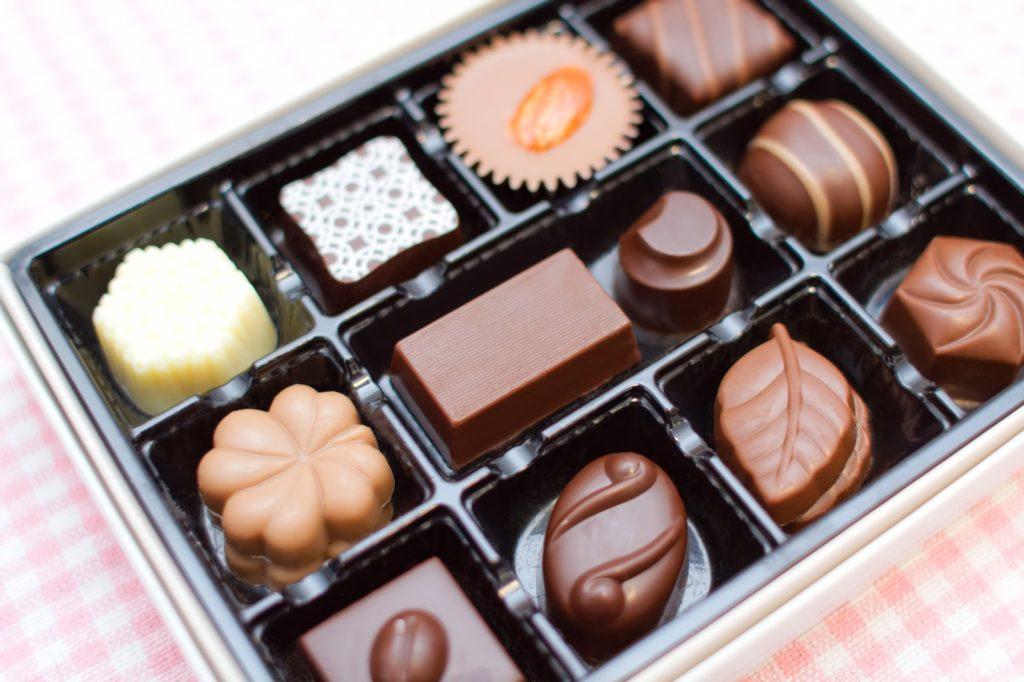 チョコレートを食べると喉が痛む・イガイガする。原因と対処法を紹介