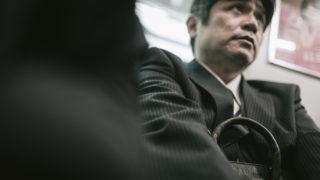 男性必見!電車で痴漢に間違われないための立ち方・姿勢と注意すること